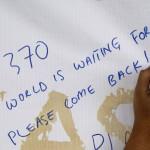 """""""MH370-es, a világ vár téged, kérlek térj vissza"""" jelentésű felirat a Malaysia Airlines eltűnt MH370-es járatszámú repülőgépének üzenőfalán a Kuala Lumpur-i nemzetközi repülőtéren, Sepangban 2014. március 12-én. A malajziai légitársaság Pekingbe tartó Boeing 777-es gépe kétszáharminckilenc emberrel a fedélzetén márcuis 8-án tűnt el a légiirányítók radarjainak képernyőjéről, feltehetőleg a Dél-kínai-tengerbe zuhant. (MTI/EPA/Ahmad Juszni)/Lai Seng Sin)"""