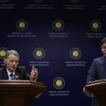Ahmet Davutoglu török külügyminiszter (j) és Musztafa Kirimoglu, a volt krími tatár parlament elnöke sajtótájékoztatót tart Ankarában 2014. március 17-én. Az előző napon az Ukrajnához tartozó Krím félszigeten a helyi oroszbarát vezetés által kiírt népszavazáson a lakosok nagy többsége az Oroszországhoz való csatlakozás mellett foglalt állást. (MTI/AP/Burhan Ozbilici)