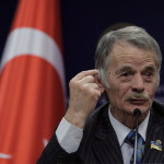 Musztafa Kirimoglu, a volt krími tatár parlament elnöke sajtótájékoztatót tart Ankarában 2014. március 17-én. Az előző napon az Ukrajnához tartozó Krím félszigeten a helyi oroszbarát vezetés által kiírt népszavazáson a lakosok nagy többsége az Oroszországhoz való csatlakozás mellett foglalt állást. (MTI/AP/Burhan Ozbilici)