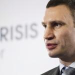 Vitalij Klicsko, az Ütés (UDAR) ukrán párt vezetője sajtótájékoztatót tart egy kijevi szállodában 2014. március 17-én. Az előző napon az Ukrajnához tartozó Krím félszigeten a helyi oroszbarát vezetés által kiírt népszavazáson a lakosok nagy többsége az Oroszországhoz való csatlakozás mellett foglalt állást. (MTI/AP/David Azia)