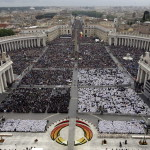 Zarándokok XXIII. János pápa és II. János Pál pápa szentté avatási miséjén a vatikáni Szent Péter téren 2014. április 27-én. (MTI/AP/Andrew Medichini)