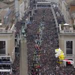 Zarándokok XXIII. János pápa és II. János Pál pápa szentté avatási miséjén a Szent Péter térre vezető fő úton, a Via della Conciliazioneán 2014. április 27-én. (MTI/AP/Andrew Medichini)