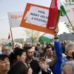 Egy ellenzéki aktivista feliratot emel fel Rogán Antal, a Fidesz frakcióvezetőjének beszéde alatt a Várkert Bazár megújult épületegyüttesének ünnepélyes átadásán 2014. április 3-án. A világörökség részét képező műemlék fejlesztésének első ütemében teljesen felújították a kétszáz éve született Ybl Miklós által tervezett részeket, kialakítottak egy összesen 2500 négyzetméteres kiállítóteret, valamint egy 900 négyzetméteres rendezvénytermet is. MTI Fotó: Beliczay László