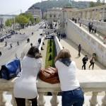 Érdeklődők tekintik meg a Várkert Bazár megújult épületegyüttesét az ünnepélyes átadás napján 2014. április 3-án. A világörökség részét képező műemlék fejlesztésének első ütemében teljesen felújították a kétszáz éve született Ybl Miklós által tervezett részeket, kialakítottak egy összesen 2500 négyzetméteres kiállítóteret, valamint egy 900 négyzetméteres rendezvénytermet is. MTI Fotó: Beliczay László