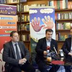 Paulik András, a Családháló főszerkesztője (k) beszél, mellette Rétvári Bence, a Közigazgatási és Igazságügyi Minisztérium (KIM) parlamenti államtitkára (j) és Török Dénes, a Kárpátaljai Magyar Nagycsaládosok Egyesületének elnöke azon a sajtótájékoztatón, amelyen bemutatták az útjára induló Kárpátaljai testvércsalád mozgalmat Budapesten, az Éghajlat kávézóban 2014. április 25-én. MTI Fotó: Beliczay László