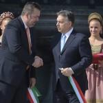 Orbán Viktor miniszterelnök (j) és L. Simon László, a budai várnegyed megújításáért felelős kormánybiztos kezet fog, miután átvágták a nemzetiszínű szalagot a Várkert Bazár megújult épületegyüttesének ünnepélyes átadásán 2014. április 3-án. A világörökség részét képező műemlék fejlesztésének első ütemében teljesen felújították a kétszáz éve született Ybl Miklós által tervezett részeket, kialakítottak egy összesen 2500 négyzetméteres kiállítóteret, valamint egy 900 négyzetméteres rendezvénytermet is. MTI Fotó: Koszticsák Szilárd
