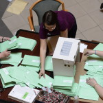 A külképviseleteken leadott szavazatokat tartalmazó urnákat bontják Budapesten, a Nemzeti Választási Iroda (NVI) Alkotmány utcai épületében kialakított Nemzeti Választási Központ (NVK) aulájában 2014. április 10-én. Öt asztalnál mintegy negyven irodai munkatárs végzi az urnabontást, és osztja szét a külképviseleteken szavazók voksait tartalmazó zöld borítékokat megyénként külön kartondobozokba. MTI Fotó: Kovács Tamás