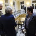 Audrey Glover, az Európai Biztonsági és Együttműködési Szervezet (EBESZ) korlátozott választási megfigyelő missziójának vezetője, az EBESZ Demokratikus Intézmények és Emberi Jogok Irodájának (ODIHR) szakértője (k) beszélget Pálffy Ilonával, a Nemzeti Választási Iroda elnökével (j) és a választási iroda munkatársával (b2) Budapesten, a Nemzeti Választási Iroda (NVI) Alkotmány utcai épületében kialakított Nemzeti Választási Központban (NVK), ahol az aulában megkezdték a külképviseleteken leadott szavazatokat tartalmazó urnák bontását 2014. április 10-én. Öt asztalnál mintegy negyven irodai munkatárs végzi az urnabontást, és osztja szét a külképviseleteken szavazók voksait tartalmazó zöld borítékokat megyénként külön kartondobozokba. MTI Fotó: Kovács Tamás