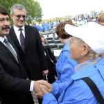 Áder János köztársasági elnök kezet fog a Nemzetközi Élet Menete megemlékezésének egyik résztvevőjével az egykori auschwitzi koncentrációs táborban Oswiecimben 2014. április 28-án. A megemlékezésen ötvennégy ország képviselőinek részvételével, a magyar zarándokokkal az élen vonult végig a Nemzetközi Élet Menete az auschwitzi egykori haláltáborból a mintegy három kilométerre lévő birkenaui emlékhelyre. MTI Fotó: Kovács Tamás