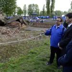 Áder János köztársasági elnök (j2) és felesége, Herczegh Anita (j) Pécsi Tibor önkéntes (b3) társaságában egy krematórium romjainál az egykori auschwitzi koncentrációs táborban Oswiecimben 2014. április 28-án. A megemlékezésen ötvennégy ország képviselőinek részvételével, a magyar zarándokokkal az élen vonult végig a Nemzetközi Élet Menete az auschwitzi egykori haláltáborból a mintegy három kilométerre lévő birkenaui emlékhelyre. MTI Fotó: Kovács Tamás