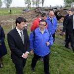 Áder János köztársasági elnök (b2) és felesége, Herczegh Anita (b) Pécsi Tibor önkéntes (b3) társaságában egy krematórium romjainál az egykori auschwitzi koncentrációs táborban Oswiecimben 2014. április 28-án. A megemlékezésen ötvennégy ország képviselőinek részvételével, a magyar zarándokokkal az élen vonult végig a Nemzetközi Élet Menete az auschwitzi egykori haláltáborból a mintegy három kilométerre lévő birkenaui emlékhelyre. Mögöttük Ilan Mor izraeli nagykövet. MTI Fotó: Kovács Tamás