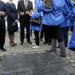 Áder János köztársasági elnök (b2) és felesége, Herczegh Anita (b) a Nemzetközi Élet Menete megemlékezésének résztvevőjével beszélget az egykori auschwitzi koncentrációs táborban Oswiecimben 2014. április 28-án. A megemlékezésen ötvennégy ország képviselőinek részvételével, a magyar zarándokokkal az élen vonult végig a Nemzetközi Élet Menete az auschwitzi egykori haláltáborból a mintegy három kilométerre lévő birkenaui emlékhelyre. MTI Fotó: Kovács Tamás