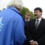 Áder János köztársasági elnök és felesége, Herczegh Anita a Nemzetközi Élet Menete megemlékezésének egyik résztvevőjével beszélget az egykori auschwitzi koncentrációs táborban Oswiecimben 2014. április 28-án. A megemlékezésen ötvennégy ország képviselőinek részvételével, a magyar zarándokokkal az élen vonult végig a Nemzetközi Élet Menete az auschwitzi egykori haláltáborból a mintegy három kilométerre lévő birkenaui emlékhelyre. MTI Fotó: Kovács Tamás