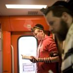 Ortodox zsidók imádkoznak a lengyelországi Oswiecimbe tartó különvonaton 2014. április 28-án, úton a Nemzetközi Élet Menete 27. alkalommal meghirdetett, az egykori auschwitzi koncentrációs táborban tartandó emlékprogramjára. MTI Fotó: Kallos Bea