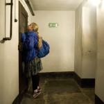 Egy kislány néz be az egyik cellába az egykori auschwitzi koncentrációs táborban, a lengyelországi Oswiecimben 2014. április 28-án, a Nemzetközi Élet Menete 27. alkalommal megrendezett emlékprogramjának napján. MTI Fotó: Kallos Bea