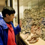 Kiállított cipők az egykori auschwitzi koncentrációs táborban, a lengyelországi Oswiecimben 2014. április 28-án, a Nemzetközi Élet Menete 27. alkalommal megrendezett emlékprogramjának napján. MTI Fotó: Kallos Bea