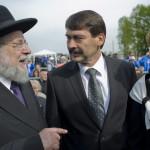 Jiszrael Meir Lau tel-avivi főrabbi holokauszt-túlélő (b), valamint Áder János magyar köztársasági elnök és felesége, Herczegh Anita a Nemzetközi Élet Menete megemlékezésén az egykori auschwitzi koncentrációs táborban Oswiecimben 2014. április 28-án. A megemlékezésen ötvennégy ország képviselőinek részvételével, a magyar zarándokokkal az élen vonult végig a Nemzetközi Élet Menete az auschwitzi egykori haláltáborból a mintegy három kilométerre lévő birkenaui emlékhelyre. MTI Fotó: Kallos Bea