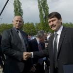 Shmuel Rosenman, a Nemzetközi Élet Menete elnöke (b) és Áder János magyar köztársasági elnök a Nemzetközi Élet Menete megemlékezésén az egykori auschwitzi koncentrációs táborban Oswiecimben 2014. április 28-án. A megemlékezésen ötvennégy ország képviselőinek részvételével, a magyar zarándokokkal az élen vonult végig a Nemzetközi Élet Menete az auschwitzi egykori haláltáborból a mintegy három kilométerre lévő birkenaui emlékhelyre. MTI Fotó: Kallos Bea