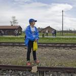 A Nemzetközi Élet Menete egyik résztvevője Burkenauban 2014. április 28-án. A megemlékezésen ötvennégy ország képviselőinek részvételével, a magyar zarándokokkal az élen vonult végig a Nemzetközi Élet Menete az auschwitzi egykori haláltáborból a mintegy három kilométerre lévő birkenaui emlékhelyre. MTI Fotó: Kallos Bea