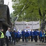 """A Nemzetközi Élet Menete résztvevői áthaladnak az egykori auschwitzi koncentrációs tábor """"Arbeit macht frei"""" felirata alatt  az egykori auschwitzi koncentrációs táborban Oswiecimben 2014. április 28-án. A megemlékezésen ötvennégy ország képviselőinek részvételével, a magyar zarándokokkal az élen vonult végig a Nemzetközi Élet Menete az auschwitzi egykori haláltáborból a mintegy három kilométerre lévő birkenaui emlékhelyre. MTI Fotó: Kallos Bea"""