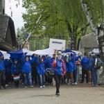 """A Nemzetközi Élet Menete magyar résztvevői áthaladnak az egykori auschwitzi koncentrációs tábor """"Arbeit macht frei"""" felirata alatt  az egykori auschwitzi koncentrációs táborban Oswiecimben 2014. április 28-án. A megemlékezésen ötvennégy ország képviselőinek részvételével, a magyar zarándokokkal az élen vonult végig a Nemzetközi Élet Menete az auschwitzi egykori haláltáborból a mintegy három kilométerre lévő birkenaui emlékhelyre. MTI Fotó: Kallos Bea"""