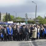 A Nemzetközi Élet Menete résztvevői az Auschwitz és Birkenau közötti úton 2014. április 28-án. A megemlékezésen ötvennégy ország képviselőinek részvételével, a magyar zarándokokkal az élen vonult végig a Nemzetközi Élet Menete az auschwitzi egykori haláltáborból a mintegy három kilométerre lévő birkenaui emlékhelyre. MTI Fotó: Kallos Bea