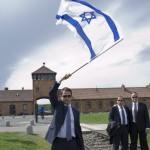 A Nemzetközi Élet Menetének egyik résztvevője izraeli zászlót lenget Birkenauban 2014. április 28-án. A megemlékezésen ötvennégy ország képviselőinek részvételével, a magyar zarándokokkal az élen vonult végig a Nemzetközi Élet Menete az auschwitzi egykori haláltáborból a mintegy három kilométerre lévő birkenaui emlékhelyre. MTI Fotó: Kallos Bea