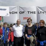Verő Tamás, a Frankel zsinagóga rabbija (j3) és Balatoni Monika, a Közigazgatási és Igazságügyi Minisztérium társadalmi kapcsolatokért felelős államtitkára (j2) a Nemzetközi Élet Menetében az Auschwitz és Birkenau közötti úton 2014. április 28-án. A megemlékezésen ötvennégy ország képviselőinek részvételével, a magyar zarándokokkal az élen vonult végig a Nemzetközi Élet Menete az auschwitzi egykori haláltáborból a mintegy három kilométerre lévő birkenaui emlékhelyre. MTI Fotó: Kallos Bea