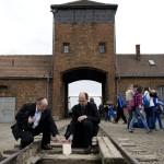 Verő Tamás, a Frankel zsinagóga rabbija (b) és Székely János esztergom-budapesti segédpüspök, címzetes febianai püspök a birkenaui emlékhelyen 2014. április 28-án. A megemlékezésen ötvennégy ország képviselőinek részvételével, a magyar zarándokokkal az élen vonult végig a Nemzetközi Élet Menete az auschwitzi egykori haláltáborból a mintegy három kilométerre lévő birkenaui emlékhelyre. MTI Fotó: Kallos Bea
