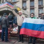 """Oroszbarát tüntetők nemzetiszínű zászlóval egy barikád előtt a kelet-ukrajnai Donyeck megye önkormányzatának általuk megszállt épületénél Donyeckben 2014. április 7-én. Az oroszbarát szeparitisták ezen a napon kikiáltották a """"független donyecki köztársaságot"""", amely a döntésük értelmében csatlakozik Oroszországhoz. (MTI/EPA/Roman Pilipey)"""