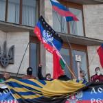 """Oroszbarát tüntetők jelszavakat skandálnak a kelet-ukrajnai Donyeck megye önkormányzatának általuk megszállt épületénél Donyeckben 2014. április 7-én. Az oroszbarát szeparitisták ezen a napon kikiáltották a """"független donyecki köztársaságot"""", amely a döntésük értelmében csatlakozik Oroszországhoz. (MTI/EPA/Photomig)"""