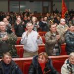 """Oroszbarát tüntetők tapsolnak a kelet-ukrajnai Donyeck megye önkormányzatának általuk megszállt épületében tartott ülésükön Donyeckben 2014. április 7-én, miután az oroszbarát szeparitisták kikiáltották a """"független donyecki köztársaságot"""", amely a döntésük értelmében csatlakozik Oroszországhoz. (MTI/EPA/Photomig)"""