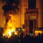 Az Ukrajnától való elszakadását követelő oroszbarát aktivisták autógumikat égetnek a megyei adminisztráció épülete előtt a kelet-ukrajnai Harkivban 2014. április 7-én. (MTI/EPA/Oleg Siskov)