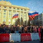 Az Ukrajnától való elszakadását követelő oroszbarát aktivisták orosz zászlókat lengetnek a megyei adminisztráció épülete előtt a kelet-ukrajnai Harkivban 2014. április 7-én. (MTI/EPA/Szergej Kozlov)