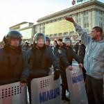Az Ukrajnától való elszakadását követelő oroszbarát aktivisták egyike rohamrendőrökkel vitázik a megyei adminisztráció épülete előtt a kelet-ukrajnai Harkivban 2014. április 7-én. (MTI/EPA/Szergej Kozlov)