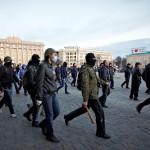 Az Ukrajnától való elszakadását követelő oroszbarát aktivisták érkeznek a megyei adminisztráció épülete elé a kelet-ukrajnai Harkivban 2014. április 7-én. (MTI/EPA/Szergej Kozlov)