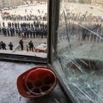 Ukrán rendőrök őrzik a megyei adminisztráció épületét a kelet-ukrajnai Harkivban 2014. április 8-án, az Ukrajnától való elszakadását követelő oroszbarát aktivisták eltávolítása után.  (MTI/EPA/Vologyimir Petrov)