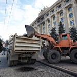 Városi alkalmazottak takarítanak a megyei adminisztráció épülete előtt a kelet-ukrajnai Harkivban 2014. április 8-án, az Ukrajnától való elszakadását követelő oroszbarát aktivisták eltávolítása után.  (MTI/EPA/Szergej Kozlov)