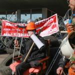 Oroszbarát aktivisták őrködnek a megyei közigazgatás általuk elfoglalt épülete elé épített barikádnál, Donyeckben 2014. április 8-án. (MTI/EPA/Photomig)