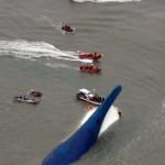 A csollai önkormányzat által közreadott képen a süllyedő Szevol személyhajóról mentik az utasok mentők és halászok a dél-koreai Dzsindo partjai előtt 2014. április 16-án. A több mint 470 embert – köztük 325 középiskolást – szállító hajó később teljesen elsüllyedt. (MTI/EPA/Csollai önkormányzat/Yonhap)