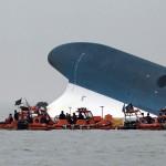 A süllyedő Szevol személyhajóról mentik az utasokat a dél-koreai Dzsindo partjai előtt 2014. április 16-án. A több mint 470 embert – köztük 325 középiskolást – szállító hajó később teljesen elsüllyedt. (MTI/EPA/Yonhap)