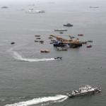 Helikopterről készített légi felvétel a mentési munkálatokról a Szevol dél-koreai komphajó elsüllyedésének helyét jelző bójáknál (k), a dél-koreai Csinto partjai előtt 2014. április 22-én, hat nappal a hajószerencsétlenség után. (MTI/EPA/Yonhap)
