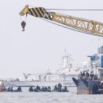 Mentési munkálatok a Szevol dél-koreai komphajó elsüllyedésének helyén a dél-koreai Csinto partjai előtt 2014. április 22-én, hat nappal a hajószerencsétlenség után. (MTI/EPA/Dzson Hon Kjun)