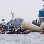 Mentési munkálatok a Szevol dél-koreai komphajó elsüllyedésének helyét jelző bójáknál a dél-koreai Csinto partjai előtt 2014. április 22-én, hat nappal a hajószerencsétlenség után. (MTI/EPA/Dzson Hon Kjun)