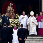 XVI. Benedek nyugalmazott pápa (j2) érkezik XXIII. János pápa és II. János Pál pápa szentté avatási ünnepségére a vatikáni Szent Péter téren 2014. április 27-én. (MTI/EPA/Ettore Ferrari)