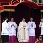 Ferenc pápa (k) imádkozik XXIII. János pápa és II. János Pál pápa szentté avatási miséjén a vatikáni Szent Péter téren 2014. április 27-én. (MTI/EPA/Maurizio Brambatti)