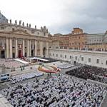 Zarándokok XXIII. János pápa és II. János Pál pápa szentté avatási miséjén a vatikáni Szent Péter téren 2014. április 27-én. (MTI/EPA/Alessandro Di Meo)