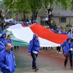 A Nemzetközi Élet Menete felvonulás magyar résztvevői egy magyar zászlóval az egykori auschwitzi koncentrációs táborból az egykori birkenaui haláltáborba indulnak a holokauszt emléknapja alkalmából a lengyelországi Oswiecimben 2014. április 28-án. A menet élén ebben az évben a magyarok mennek a magyar holokauszt 70. évfordulója miatt. (MTI/EPA/Jacek Bednarczyk)