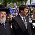 Áder János magyar köztársaasági elnök, a felesége, Herczegh Anita és Jiszrael Meir Lau tel-avivi főrabbi és holokauszt-túlélő (b) a Nemzetközi Élet Menete megemlékezésén az egykori auschwitzi koncentrációs táborban, mielőtt az egykori birkenaui haláltáborba indulnak a holokauszt emléknapja alkalmából a lengyelországi Oswiecimben 2014. április 28-án. A menet élén ebben az évben a magyarok mennek a magyar holokauszt 70. évfordulója miatt. (MTI/EPA/Jacek Bednarczyk)