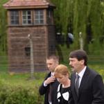 Áder János magyar köztársaasági elnök (j) és a felesége, Herczegh Anita a Nemzetközi Élet Menete megemlékezésén az egykori auschwitzi koncentrációs táborból az egykori birkenaui haláltáborba indul a holokauszt emléknapja alkalmából a lengyelországi Oswiecimben 2014. április 28-án. A menet élén ebben az évben a magyarok mennek a magyar holokauszt 70. évfordulója miatt. (MTI/EPA/Jacek Bednarczyk)